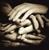 Fotografía que muestra varias manos una encima de otra