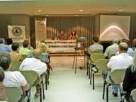 Concepción Lillo Delgado, de la Universidad de Salamanca Y Andrés Mayor Lorenzo, de la Asociación Asturiana de Retinosis Pigmentaria en la charla: Terapia Génica en el tratamiento del Síndrome de Usher.