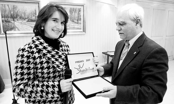 La Dra. Esther Galiana en nombre de la premiada recibe el premio ARPN 2007 de mano de Jose María Csado Aguilera, preidente de FUNDALUCE