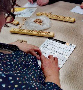Mujer leyendo en braille