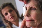 Mujer en la consulta de una oftalmologa