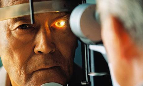 rostro de una joven a la que se le mira el ojo con un aparato médico