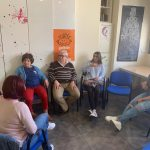 Grupo de personas durante una de las sesiones de lengua de signos.