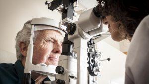 realización de prueba oftalmológica