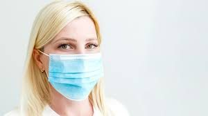 mujer con mascarilla cubriendo la boca