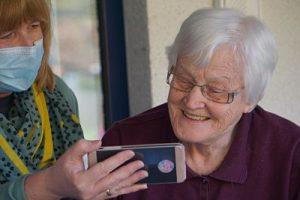 Persona-mayor-smartphone